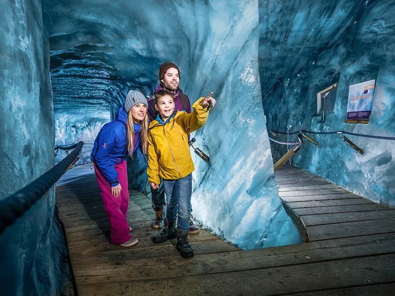 [Translate to IT:] Winter Eisgrotte Stubaier Gletscher